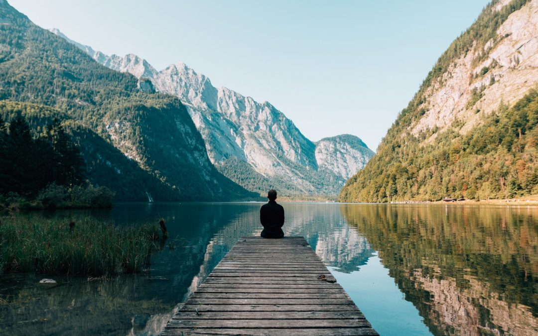 Um meditation zu lernen braucht man nicht viel. Manche liegen gerne, andere sitzen lieber.